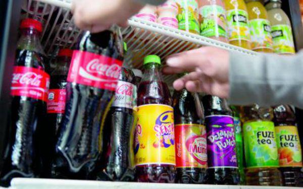 Refrescos y demás bebidas azucaradas en un refrigerador abierto