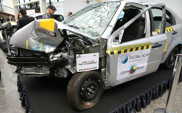 Auto prototipo de pruebas de choque en exhibición con colisión frontal