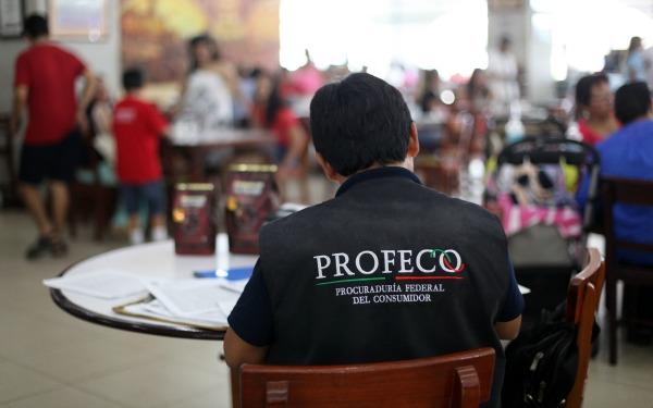 Trabajador de la Procuraduría Federal de Protección al Consumidor (Profeco) con chaleco que lo identifica