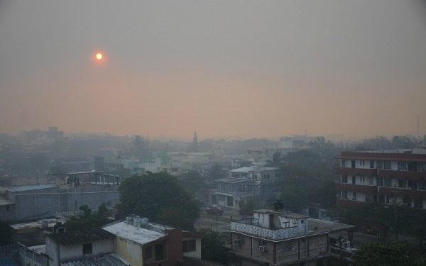 Amanecer con cont5aminación ambiental en la ciudad
