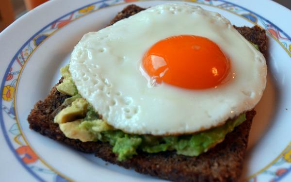 huevo-estrellado-pan-integral-crema-aguacate-1