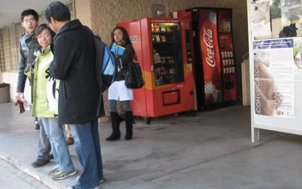 Máquinas expendedoras de alimentos y bebidas chatarra en una escuela de México