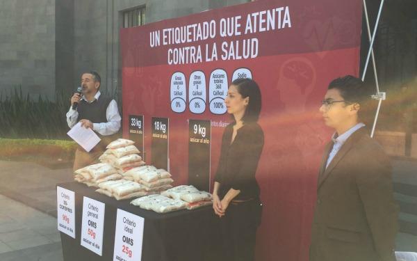 Acción pública de El Poder del Consumidor en la Secretaría de Salud mostrando que el etiquetado actual de alimentos atenta contra la salud