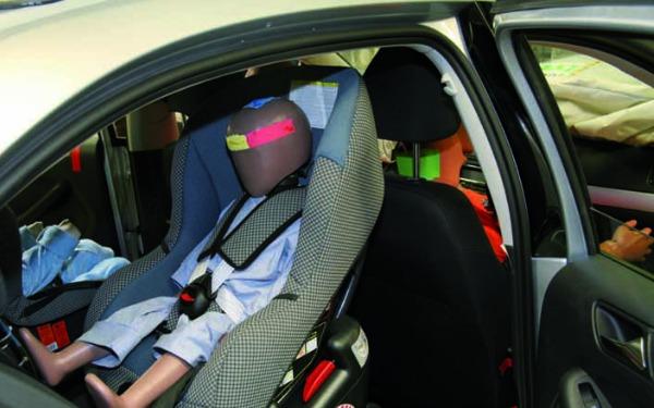 Interior de un auto prueba de choque específicamente del sistema de retención infantil