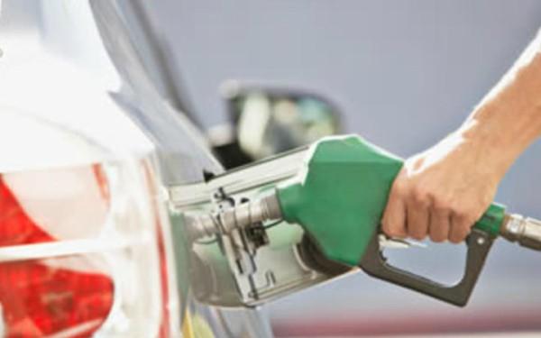 Abasteciendo gasolina a un auto