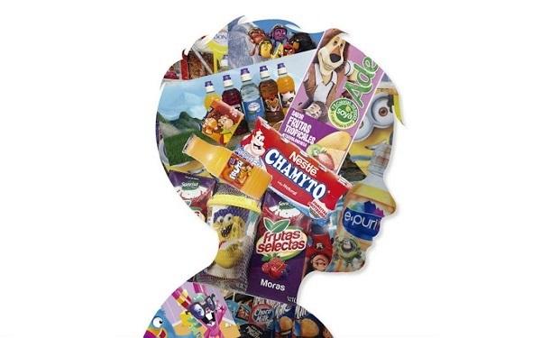 Silueta del rostro de perfil de un niño lleno de productos comerciales dirigidos a niñas y niños