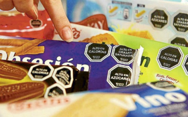 Tipo de etiquetado de advertencia en comida chatarra y bebidas azúcaradas que se utiliza en Chile y ahora Uruguay