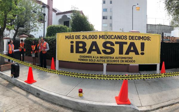 Acto donde El Poder del Consumidor, Latin NCAP, México Previene y Refleacciona por la Vida hicieron entrega de las más de 24 mil firmas que logró recabar la petición pública ¡Exijo a la industria automotriz vender sólo autos seguros en México! a la Asociación Mexicana de la Industria Automotriz (AMIA)