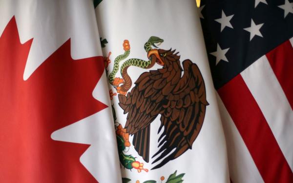 Banderas de Canadá, México y Estados Unidos a propósito del nuevo acuerdo comercial USMCA (antes TLCAN)