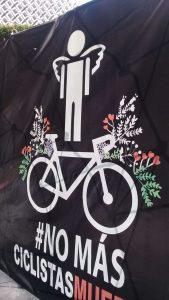 No más ciclistas muertos, otra leyenda de la ofrenda de muertos móvil con que organizaciones sociales urgimos a diputados y senadores a aprobar en este periodo legislación sobre seguridad vial