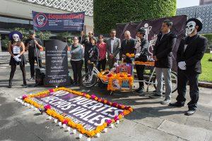 Ofrenda de muertos móvil con que organizaciones sociales urgimos a diputados y senadores a aprobar en este periodo legislación sobre seguridad vial