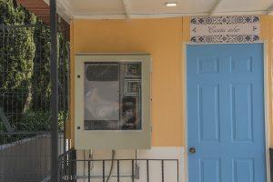 """Entrada de la casita solar, con panel transparente de la instalación eléctrica, de """"El Pueblito Solar"""" en el Bosque de Chapultepec"""