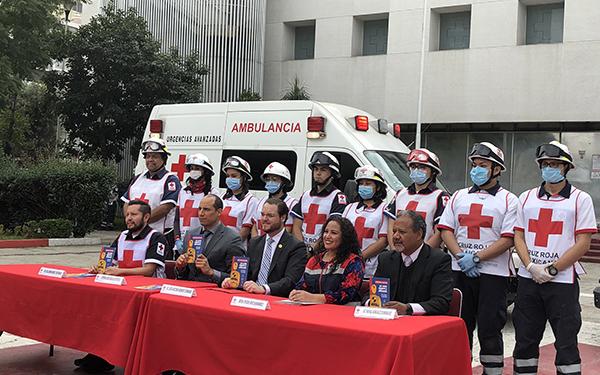 Representantes de Cruz Roja Mexicana y El Poder del Consumidor en la explanada del Hospital Central de Polanco