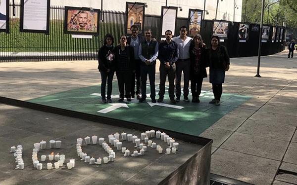 Instalación-homenaje con veladoras formando el número 16,000 por los muertos anuales en accidentes viales en México y activistas de las organizaciones que pidieron a senadores aprobar una legislación sobre seguridad vial