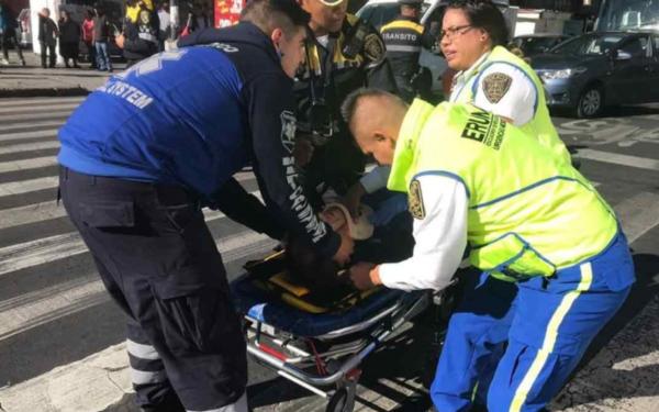 Parámedicos llevando en camilla a herido del percance del doble choque en Eje Central y Fray Servando Teresa de Mier de la Ciudad de México