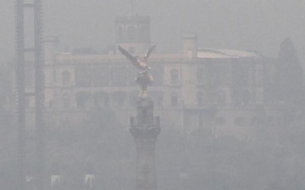 Castillo de Chapultepec y Ángel de la Independencia de la Ciudad de México en bruma