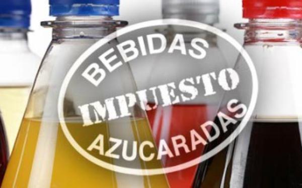 Sello con leyenda Impuesto Bebidas Azucaradas sobre imagen de refrescos