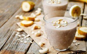 Licuado de yogurt con vainilla, avena y plátano