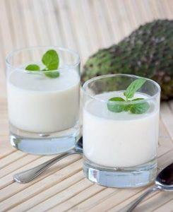Dos vasos de agua de guanábana con hierbabuena