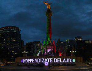 """Foto nocturna de la acción civil de la Coalición Cero Emisiones en el Ángel de la Independencia dando """"el grito"""" de urgencia: ¡Independízate del auto!"""