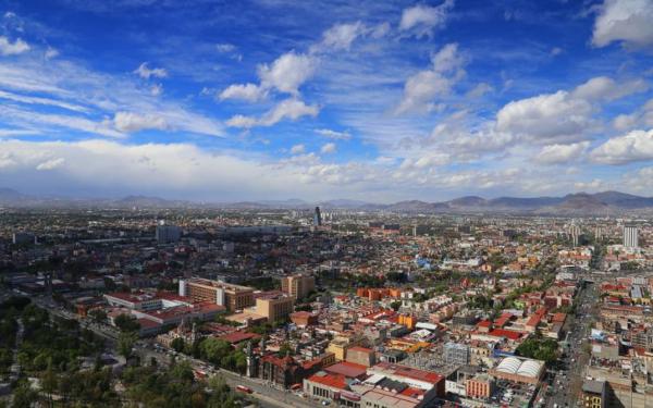 Panorámica con el cielo despejado de la Ciudad de México desde un mirador del centro histórico