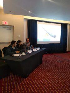 Panel e imagen en pantalla de la conferencia de prensa donde se dio a conocer este pronunciamiento