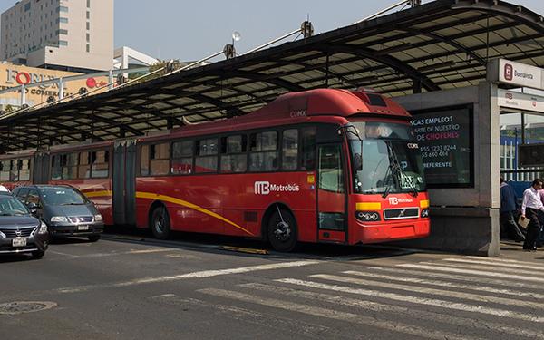 Metrobús de la Ciudad de México en Avenida Insurgentes en la estación Buenavista de la Línea 1
