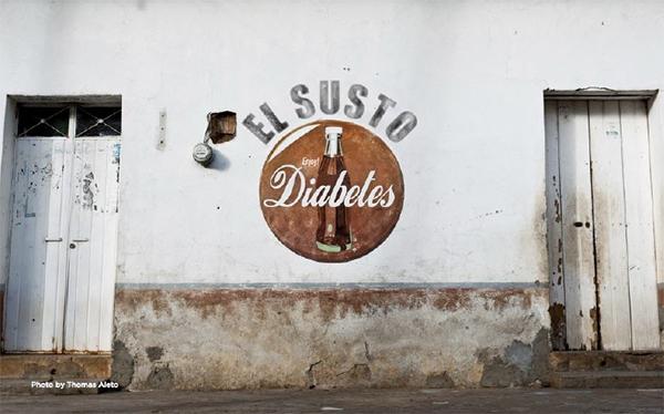 Anuncio sobre la pared semejante a los de Coca-Cola a manera de portada del documental El Susto con la palabras El Susto y Diabetes