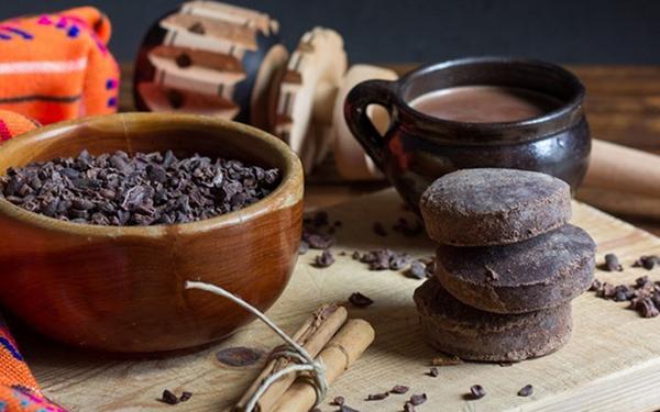 Chocolate en distintas variantes: barra, grano y líquido