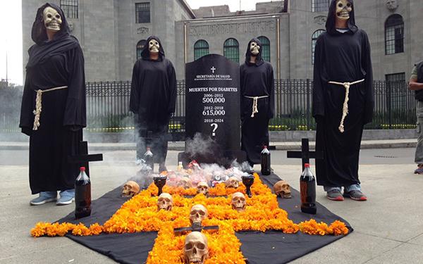 Acción ciudadana en la Secretaría de Salud con altar de muertos por obesidad y diabetes en México