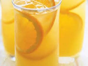 Vasos con naranjada natural, además de hielo y rodajas de naranja
