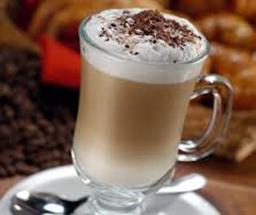 Taza de café capuccino casero espumoso y espolvoreado con canela
