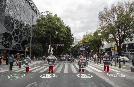 Acción ciudadana de etiquetado de carriles en Insurgentes (foto Greenpeace, Carlos Tellez)