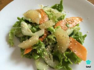 Ensalada de toronja en un plato