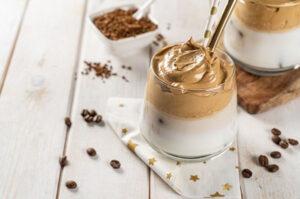 Café dalgona en un recipiente sobre una mesa