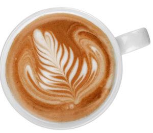 Taza de café especiado indio, espumado con arte latte, visto desde arriba (cenital)