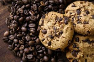 Galletas de café y chocolate sin azúcar junto a granos de café