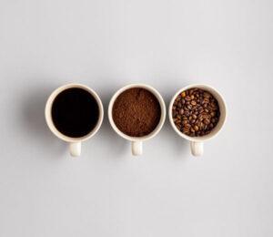 Tazones con café en grano, molido y preparado o filtrado