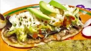 Huarache mexicano con carne asada