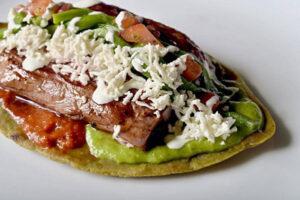 Huarache mexicano con cecina