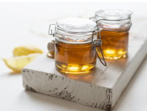 Miel de abeja en dos recipientes trasparentes y cerrados