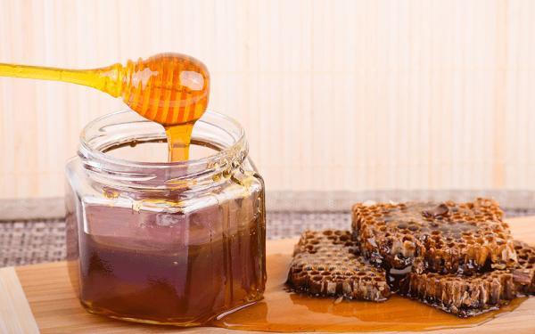 Reciepiente con miel de abeja y en trozo