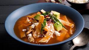 Plato de sopa de tortilla tradicional